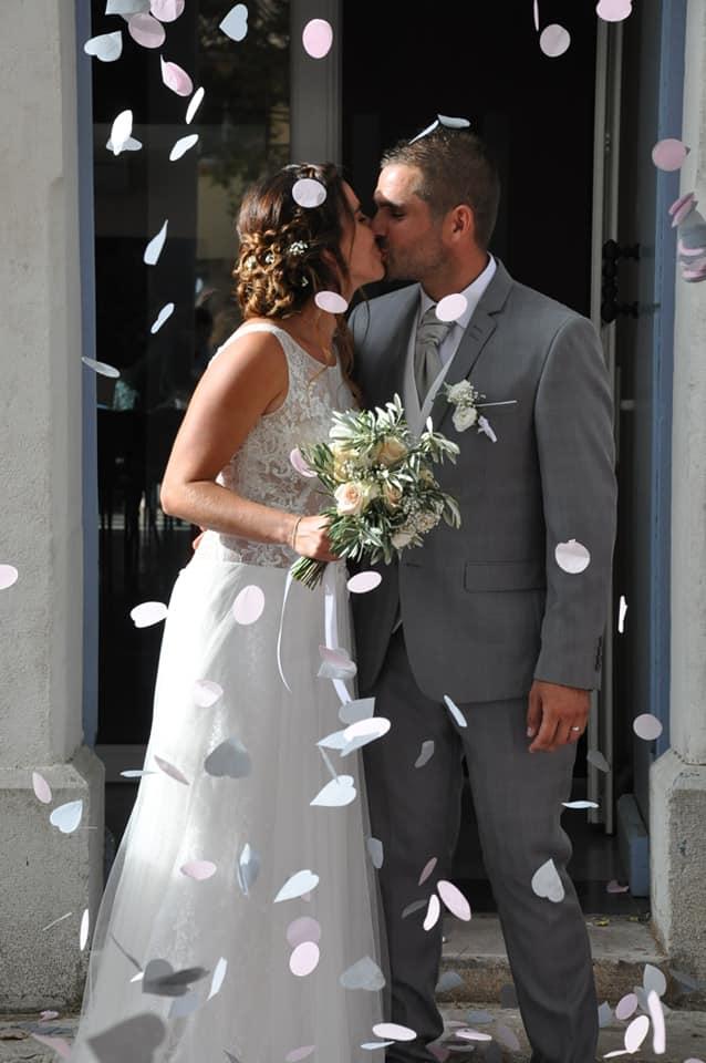 bisous des mariés devant la mairie à la bonne franquette