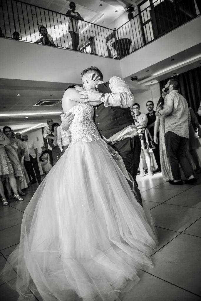 "<a img src=""fullsizeoutput_984-684x1024.jpeg"" alt=""photo couple noir et blanc mariage champêtre""> </a>"