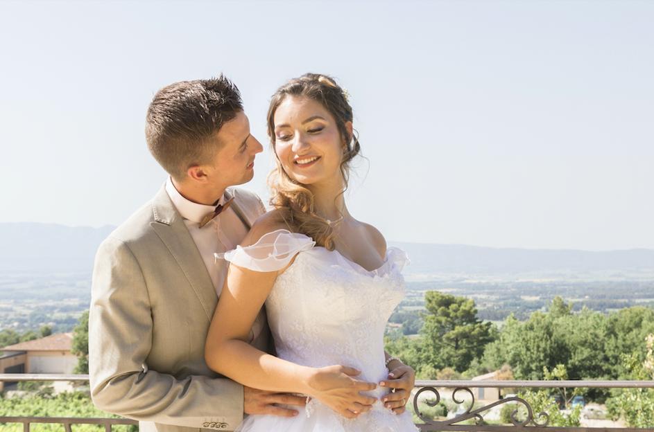 Photo de couple arrière plan de la Provence