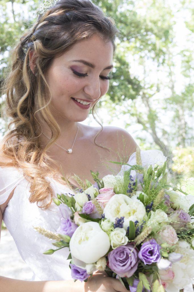 la mariée dans le jardin du château en provence avec son magnifique bouquet