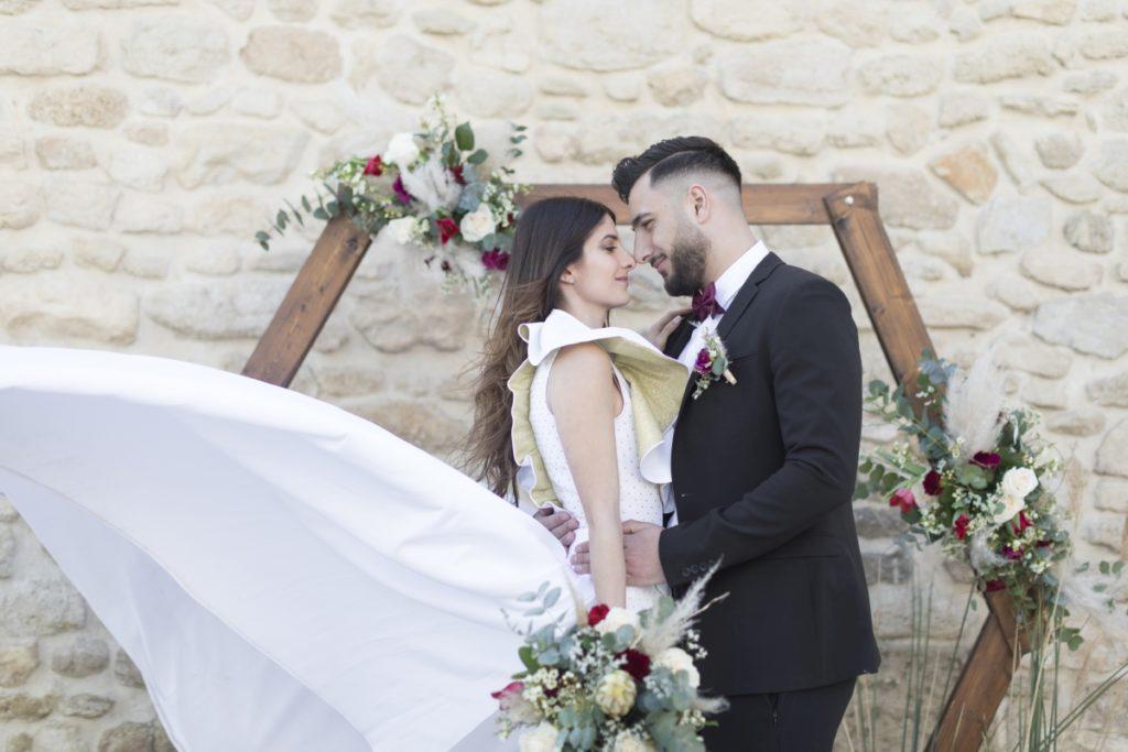"""alt=""""cérémonie laique de Maral et Quentin devant une arche hexagonale"""""""