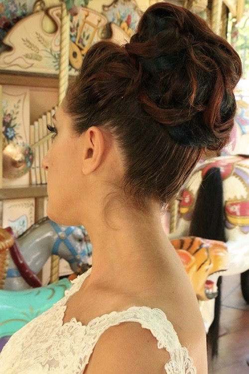 """<a href=""""https://www.eleonora-hairstyliste.com/"""">  <img src=""""Inspiration-Marjorie-Mariages_HD_189-1024x683-2.jpg"""" alt=""""chignon haut pour coiffure de mariée""""> </a>"""