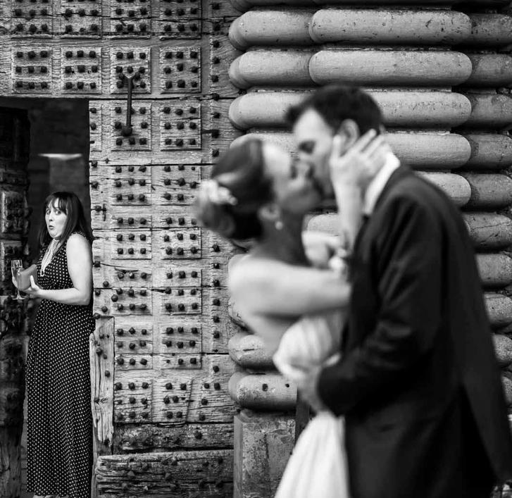 """<a href=""""https://www.cecilecreiche.com"""">  <img src=""""Capture-d'écran-2020-04-01-à-22.55.55.png"""" alt=""""Photo mariage drôle d'une invité prise sur le vif pendant une séance de couple de Cécile Creiche""""> </a>"""