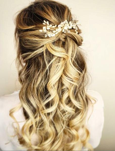 """<a href=""""https://www.eleonora-hairstyliste.com/"""">  <img src=""""Inspiration-Marjorie-Mariages_HD_189-1024x683-2.jpg"""" alt=""""coiffure cheveux avec boucles mariée ou invitée avec peignes""""> </a>"""