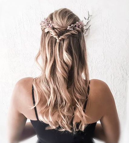 """<a href=""""https://www.eleonora-hairstyliste.com/"""">  <img src=""""Inspiration-Marjorie-Mariages_HD_189-1024x683-2.jpg"""" alt=""""idée coiffure cheveux détachés mariée ou invitée avec peignes""""> </a>"""