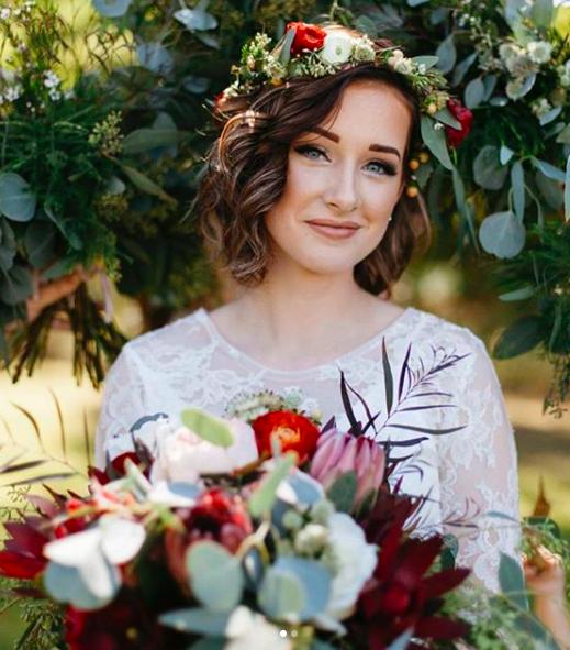"""<a href=""""https://www.eleonora-hairstyliste.com/"""">  <img src=""""Inspiration-Marjorie-Mariages_HD_189-1024x683-2.jpg"""" alt=""""inspiration coiffure mariée cheveux détachés couronne de fleurs""""> </a>"""