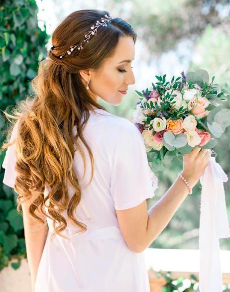 """<a href=""""https://www.instagram.com/yuliyahairstylist_france/"""">  <img src=""""Capture-d'écran-2020-04-14-à-13.24.44.png"""" alt=""""coiffure de mariage cheveux détachés avec serre tête""""> </a>"""