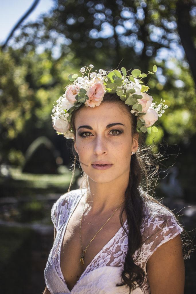 """<a href=""""https://www.charlotte-arquier-maquillage.fr/categorie/mariage/"""">  <img src=""""8A26AE70-CAF4-49B4-86A7-1E4ACFEC4F4B-2-683x1024.jpg"""" alt=""""couronne de fleur avec une coiffure de mariage""""> </a>"""