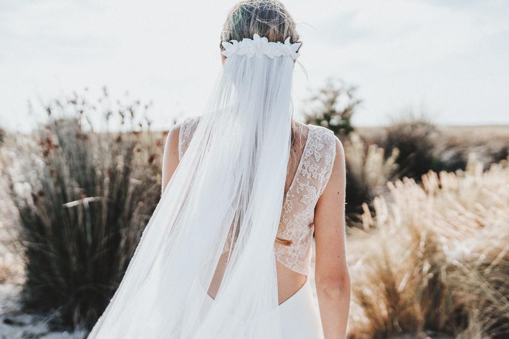 """<a href=""""https://belleensoiecouture.com/"""">  <img src=""""Voile-Camelia-2.jpg"""" alt=""""idée coiffure avec voile de mariage""""> </a>"""