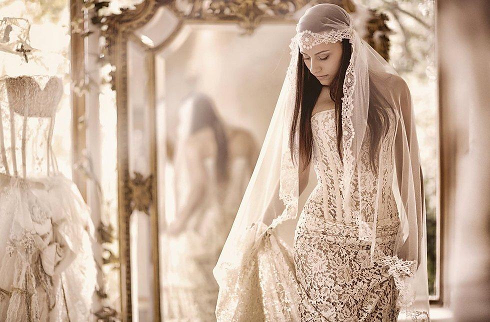 "<a href=""https://www.quiquilamothe.com"">  <img src=""f7c178_cbaa933845b5452480d260aaee5b8c1bmv2.jpg"" alt=""idée coiffure avec voile de mariage""> </a>"