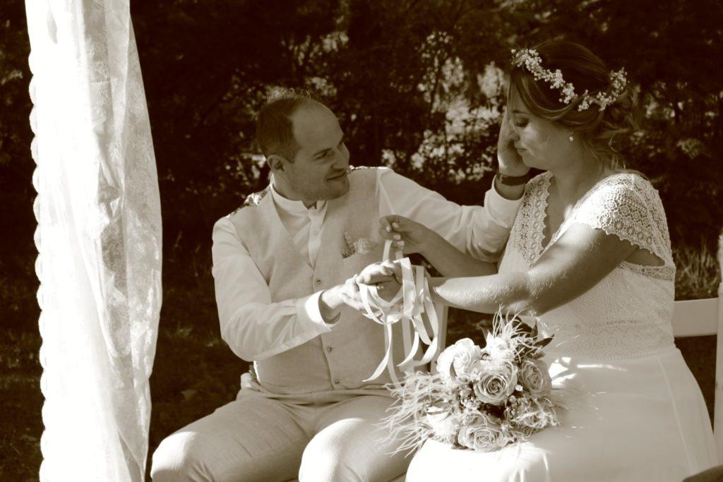 Moment de complicité Olivier et Marie  pendant leur cérémonie laique